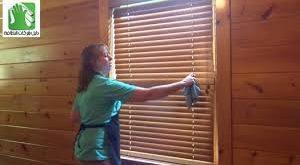 صور تنظيف الابواب الخشب , تلميع الاخشاب