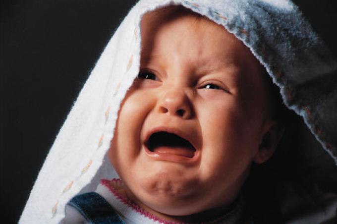 صورة رسم طفل يبكي , حينما يتجسد الالم بطفل صور